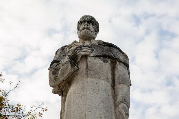 prim-plan-cu-statuia-lui-emanuil-goidu-din-oradea-judetul-bihor.jpg