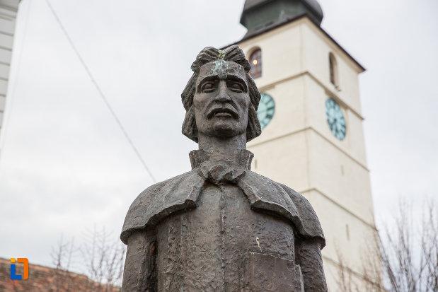prim-plan-cu-statuia-lui-gheorghe-lazar-din-sibiu-judetul-sibiu.jpg