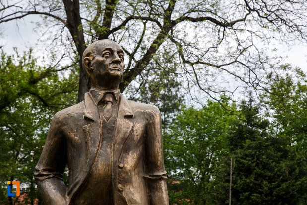 prim-plan-cu-statuia-lui-gheorghe-tarnea-din-ramnicu-valcea-judetul-valcea.jpg