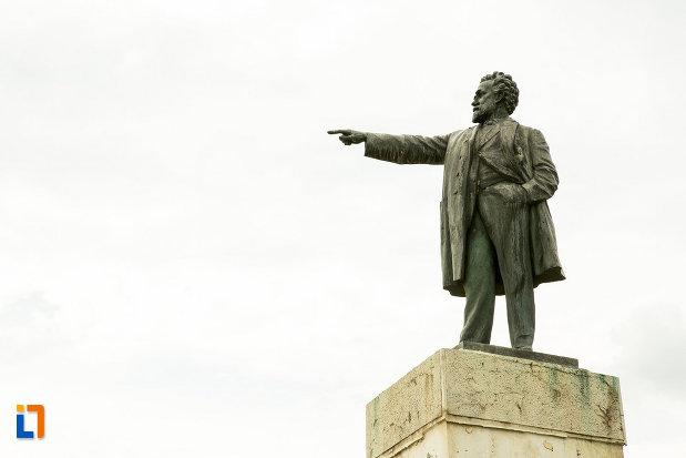 prim-plan-cu-statuia-lui-i-c-bratianu-din-galati-judetul-galati.jpg