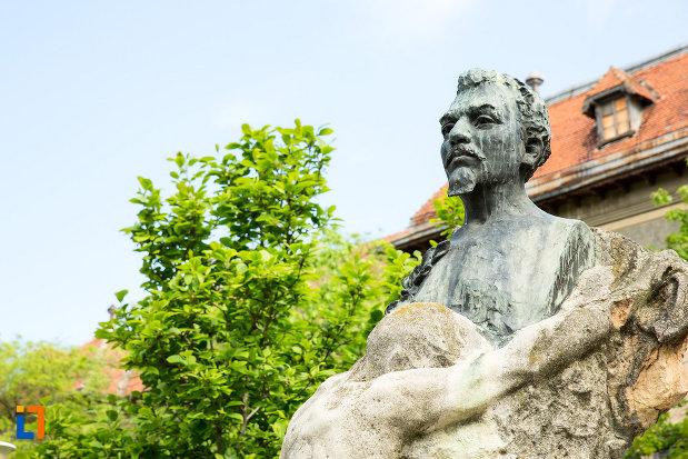 prim-plan-cu-statuia-lui-ioan-maiorescu-din-craiova-judetul-dolj.jpg