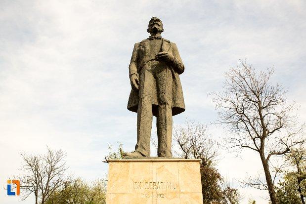 prim-plan-cu-statuia-lui-ion-icbratianu-din-alba-iulia-judetul-alba.jpg