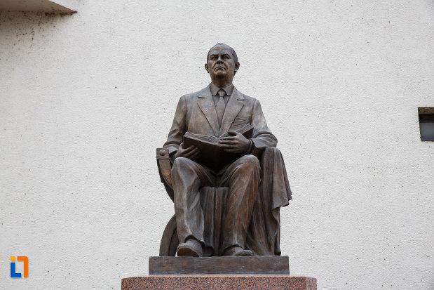 prim-plan-cu-statuia-lui-iosif-constantin-dragan-din-lugoj-judetul-timis.jpg