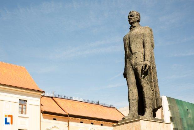 prim-plan-cu-statuia-lui-iuliu-maniu-din-alba-iulia-judetul-alba.jpg