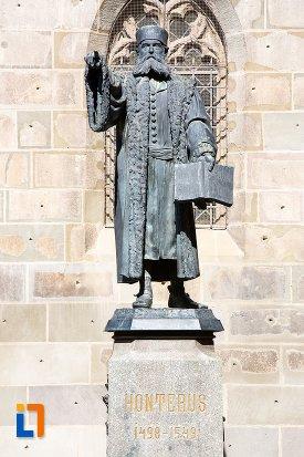 prim-plan-cu-statuia-lui-johannes-honterus-din-brasov-judetul-brasov.jpg