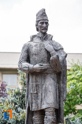 prim-plan-cu-statuia-lui-liviu-vasilica-din-alexandria-judetul-teleorman.jpg
