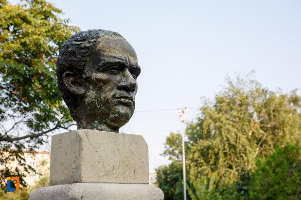 prim-plan-cu-statuia-lui-marin-preda-din-rosiorii-de-vede-judetul-teleorman.jpg
