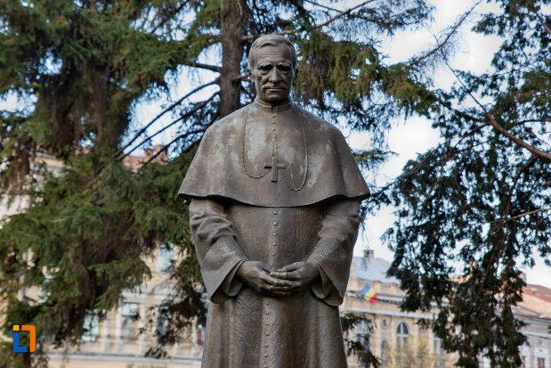 prim-plan-cu-statuia-lui-marton-aron-din-cluj-napoca-judetul-cluj.jpg