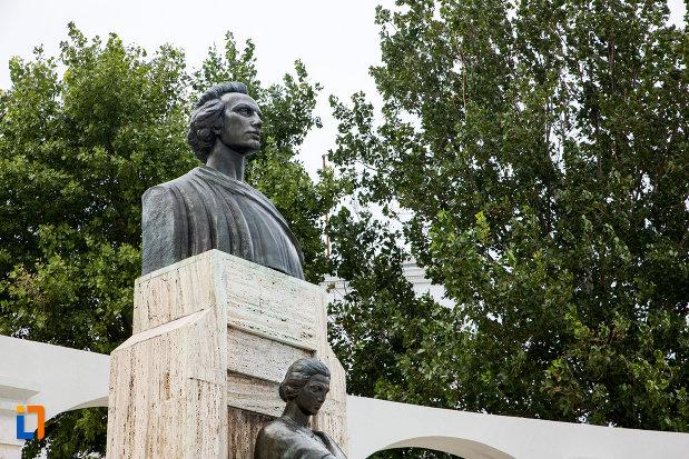 prim-plan-cu-statuia-lui-mihai-eminescu-din-constanta-judetul-constanta.jpg