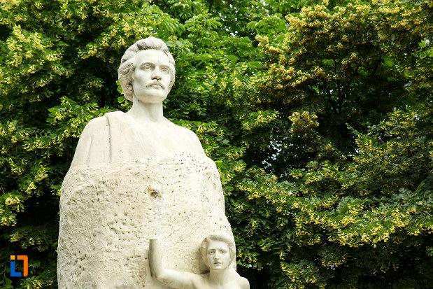prim-plan-cu-statuia-lui-mihai-eminescu-din-galati-judetul-galati.jpg