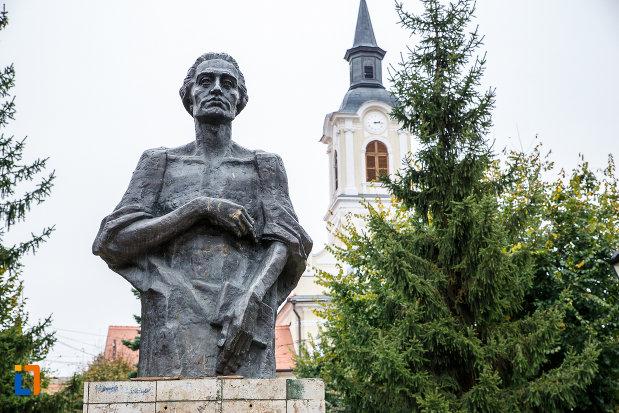 prim-plan-cu-statuia-lui-mihai-eminescu-din-medias-judetul-sibiu.jpg