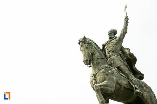 prim-plan-cu-statuia-lui-mihai-viteazu-din-craiova-judetul-dolj.jpg