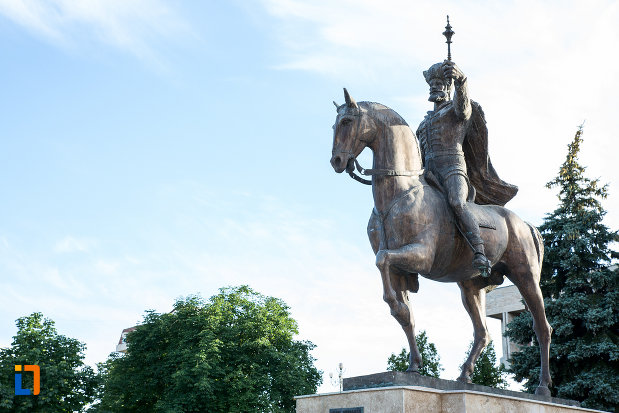 prim-plan-cu-statuia-lui-mihai-viteazul-din-targoviste-judetul-dambovita.jpg