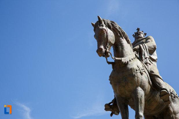 prim-plan-cu-statuia-lui-mircea-cel-batran-din-tulcea-judetul-tulcea.jpg