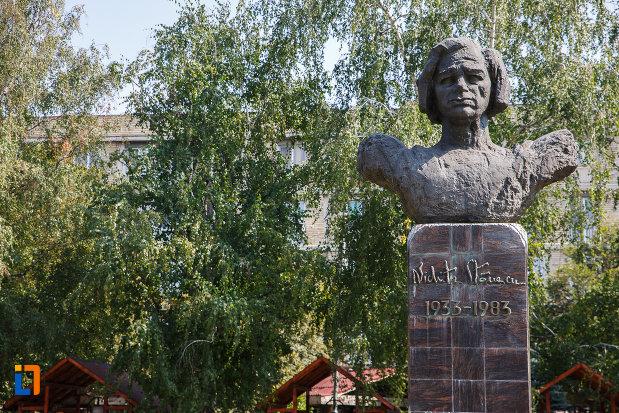 prim-plan-cu-statuia-lui-nichita-stanescu-din-ploiesti-judetul-prahova.jpg