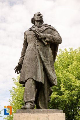 prim-plan-cu-statuia-lui-nicolae-balcescu-din-pitesti-judetul-arges.jpg