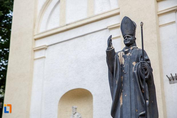 prim-plan-cu-statuia-lui-papa-ioan-paul-al-ii-lea-din-suceava-judetul-suceava.jpg