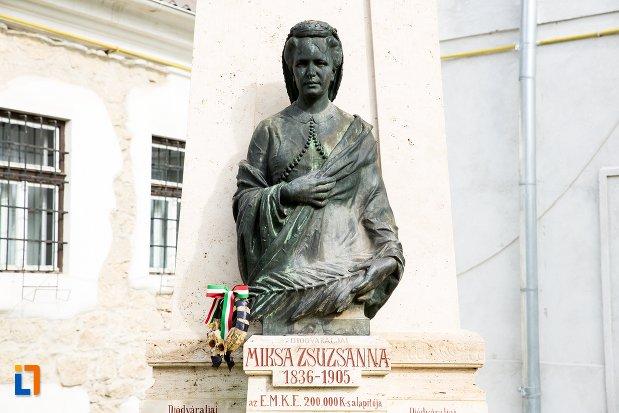 prim-plan-cu-statuia-lui-statuia-miksa-zsuzsanna-din-aiud-judetul-alba.jpg