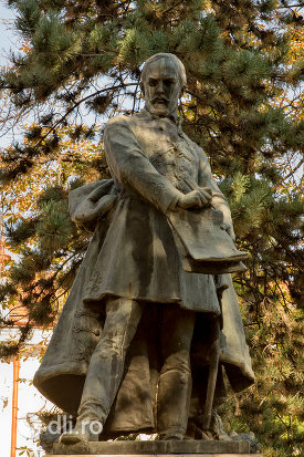 prim-plan-cu-statuia-lui-szacsvay-imre-din-oradea-judetul-bihor.jpg