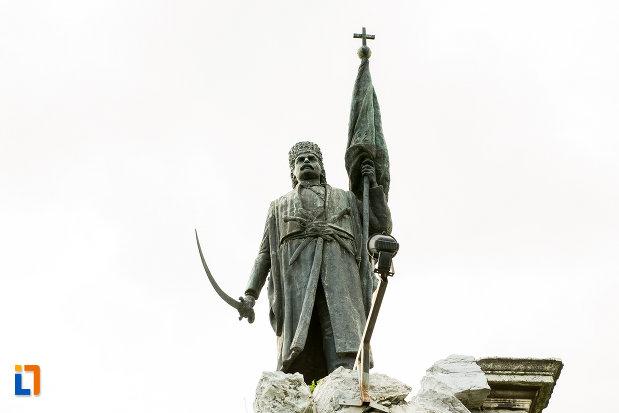 prim-plan-cu-statuia-lui-tudor-vladimirescu-1898-din-targu-jiu-judetul-gorj.jpg