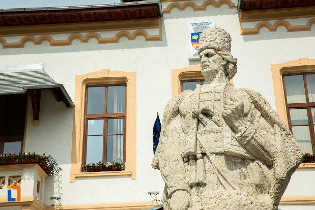 prim-plan-cu-statuia-lui-tudor-vladimirescu-din-slatina-judetul-olt.jpg