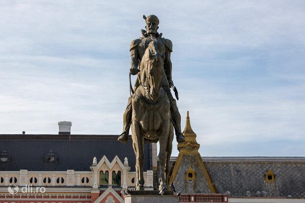 prim-plan-cu-statuia-mihai-viteazu-din-oradea-judetul-bihor.jpg