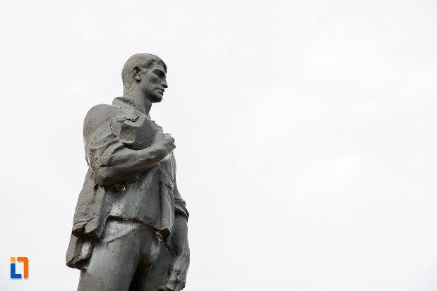 prim-plan-cu-statuia-minerului-din-anina-judetul-caras-severin.jpg