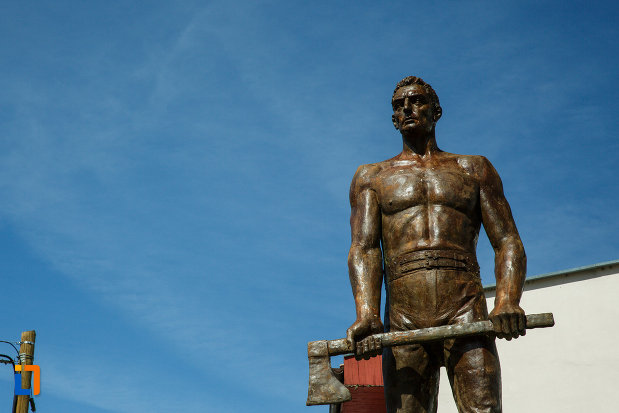 prim-plan-cu-statuia-muncitorului-forestier-din-brezoi-judetul-valcea.jpg