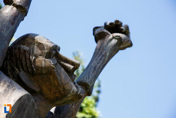prim-plan-cu-statuia-omul-tinta-din-timisoara-judetul-timis.jpg