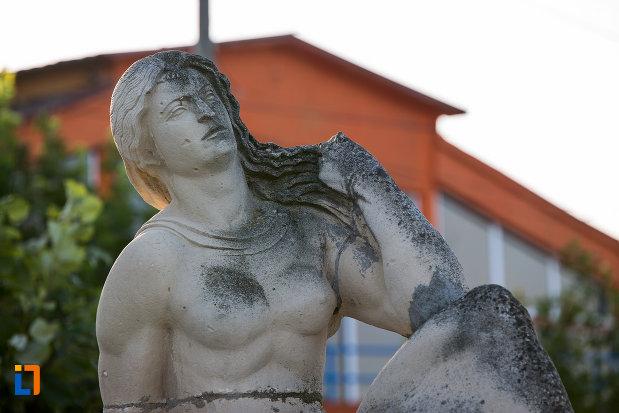 prim-plan-cu-statuia-poezia-din-eforie-sud-judetul-constanta.jpg