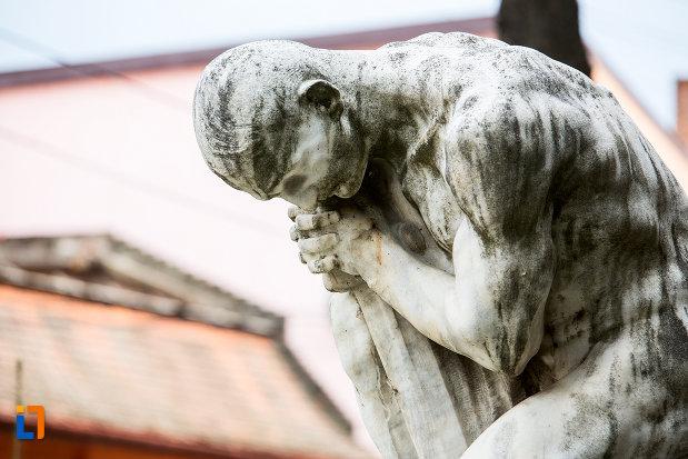 prim-plan-cu-statuia-pro-patria-din-caransebes-judetul-caras-severin.jpg