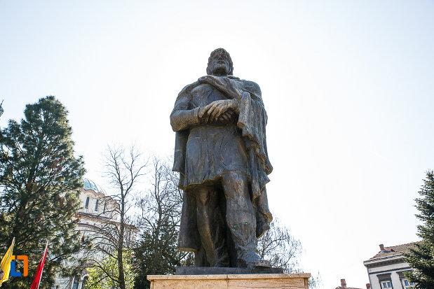 prim-plan-cu-statuia-regelui-burebista-din-orastie.jpg