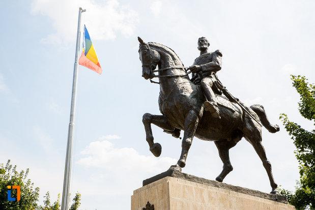 prim-plan-cu-statuia-regelui-carol-i-din-calarasi-judetul-calarasi.jpg