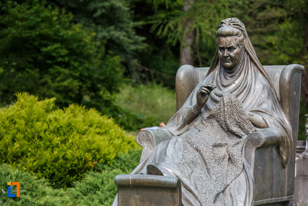 prim-plan-cu-statuia-reginei-elisabeta-carmen-silva-a-romaniei-din-sinaia-judetul-prahova.jpg