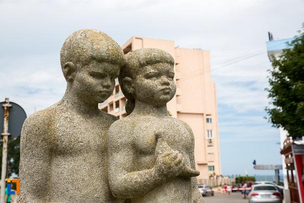 prim-plan-cu-statuia-rodul-maternitatea-din-eforie-nord-judetul-constanta.jpg