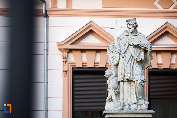 prim-plan-cu-statuia-sfantului-ioan-nepomuc-din-arad-judetul-arad.jpg