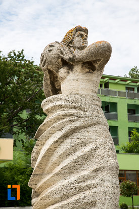 prim-plan-cu-statuia-stiinta-si-sortul-din-eforie-nord-judetul-constanta.jpg