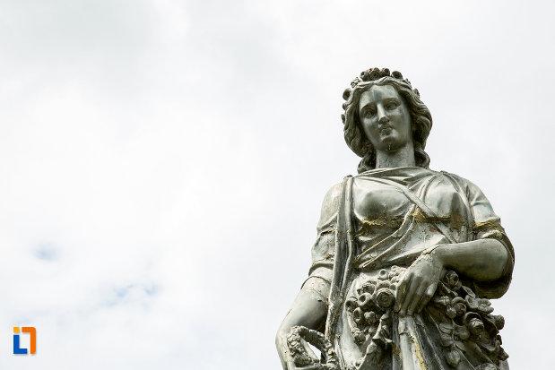 prim-plan-cu-statuia-zeitei-ceres-din-caracal-judetul-olt.jpg