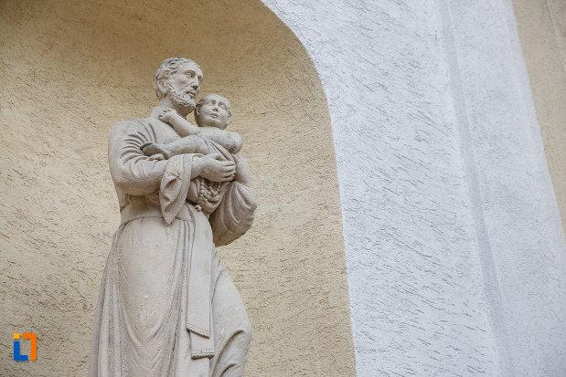 prim-plan-cu-statuie-de-la-biserica-romano-catolica-sf-ioan-nepomuc-din-suceava-judetul-suceava.jpg