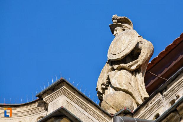 prim-plan-cu-statuie-de-pe-palatul-banffy-din-cluj-napoca-judetul-cluj.jpg