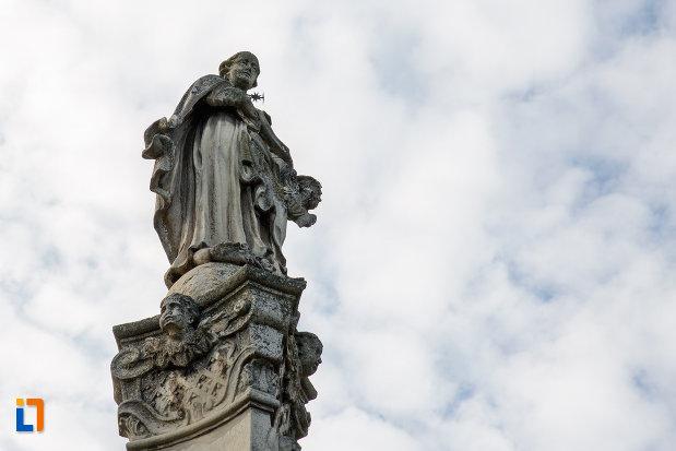 prim-plan-cu-statuie-exterioara-biserica-romano-catolica-sf-pertu-din-cluj-napoca-judetul-cluj.jpg