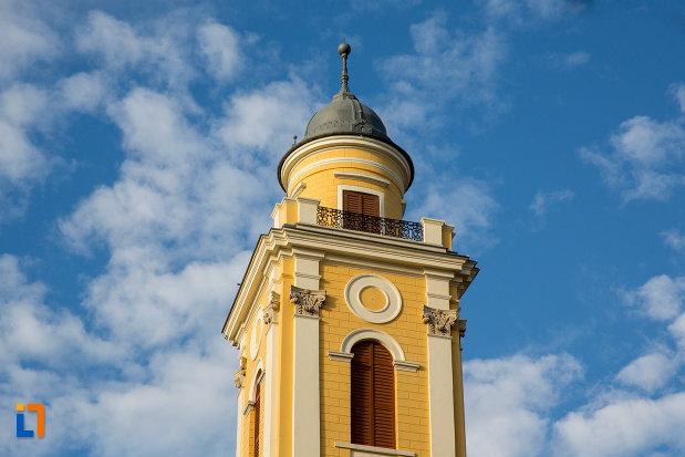 prim-plan-cu-turn-de-la-biserica-reformata-cu-doua-turnuri-din-cluj-napoca-judetul-cluj.jpg