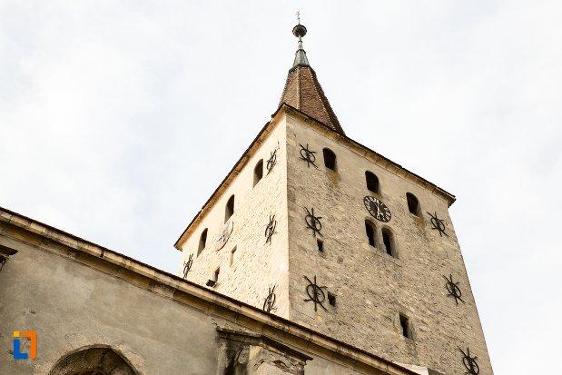prim-plan-cu-turnul-de-la-biserica-reformata-din-aiud-judetul-alba.jpg