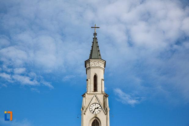 prim-plan-cu-turnul-de-la-biserica-romano-catolica-sf-pertu-din-cluj-napoca-judetul-cluj.jpg