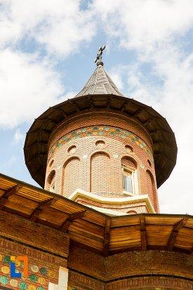 prim-plan-cu-turnul-de-la-biserica-sf-nicolae-din-1495-biserica-domneasca-din-dorohoi-judetul-botosani.jpg