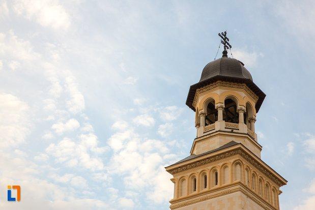 prim-plan-cu-turnul-de-la-catedrala-reintregirii-din-alba-iulia-judetul-alba.jpg