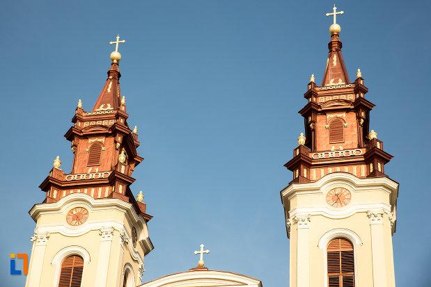prim-plan-cu-turnurile-de-la-catedrala-naterea-sfantului-ioan-botezatorul-din-arad-judetul-arad.jpg