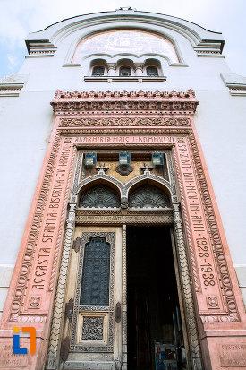 prim-plan-cu-usa-de-la-biserica-adormirea-maicii-domnului-din-craiova-judetul-dolj.jpg
