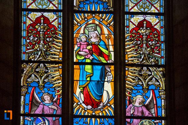 prim-plan-cu-vitraliu-din-biserica-sfantul-mihail-din-cluj-napoca-judetul-cluj.jpg