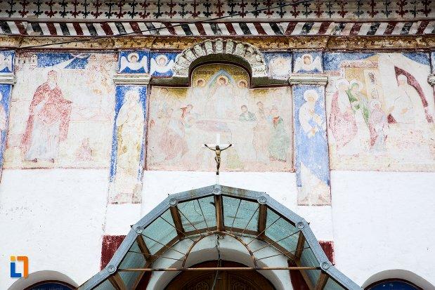 prim-plan-din-ansamblul-bisericii-sf-adormire-a-maicii-domnului-din-turches-sacele-judetul-brasov.jpg